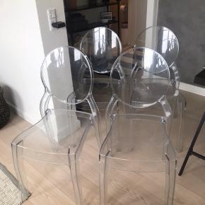Stabelstol i polycarbonate transparent. Spisebordsstole fra Ilva, som er købt i 2013. Nypris 749 kr. pr. stk.  Kan købes samlet for 800kr.