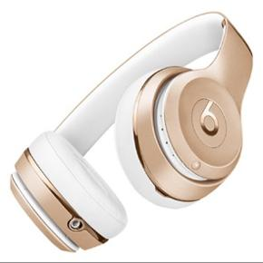 Sælger mine lækre Beats Solo3 Wireless hovedtelefoner, med alt tilbehør. Er brugt 2 gange i kort tid og fremstår derfor som helt nye.  Sælges udelukkende fordi jeg ikke får dem brugt.  Nypris var 1749kr.