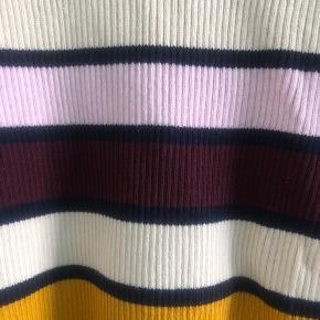 Fint stribet bluse i stretchy kvalitet.
