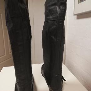 Lang skindstøvle med god rummelig skaftvidde. Nogle år gamle men kun brugt en enkelt dag. Sælges super billigt.