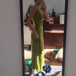 Flot tætsiddende velour kjole :)) der er lidt stræk i stoffet, så den giver sig og er god at have på:))