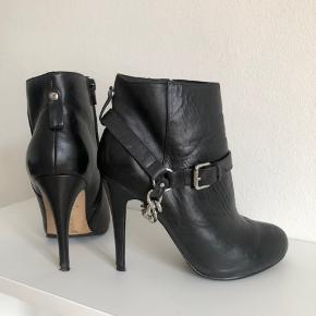 Støvler / støvletter fra Aldo i sort læder med kæde som kan tages af.  Str. 38 - almindelig i størrelsen Brugt 2 gange.  Nypris: 1000 kr. Sælges for 330 kr. Fast pris  Hælen måler ca. 10 cm og sålen fortil er ca. 1 cm tyk.  Kan afhentes på Nørrebro eller sendes på købers regning