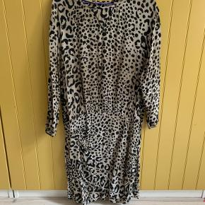 Flot kjole fra zara i leopardmønster. Sidder tæt om hofte og numse og løs foroven