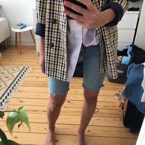 Lavtaljede denim shorts  Har selv klippet dem Med knapper foran (ikke lynlås)  Str 25