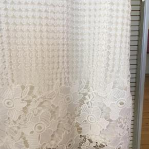 Brand: Taifun Varetype: Bluse Farve: Hvid Oprindelig købspris: 400 kr.  Smuk bluse med blonder på forsiden.  Har aldrig været brugt  Str. 42