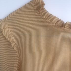 Fin gul skjorte. Er brugt få gange.