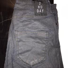2nd Day stramme slim jeans i mørkeblå med stretch / stræk. Str. 25 / 33. Mærket er klippet over indeni.  Jeg har også mange andre jeans fra Day i nogenlunde samme størrelse til salg :)  Se også mine mange andre annoncer med lækre mærkevarer, vintage og andre fine ting til gode priser. Der er ekstra gode priser, hvis du køber flere af mine varer :)  Varen er i Blovstrød på Nordsjælland.