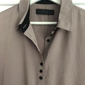 Super fin skjortekjole.   Har en enkel plet på midten. Se billede.