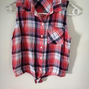Sælger denne ternet bluse med korte ærmer. Den er fra mærket H&M og er i str. 164  Blusen er brugt, men fremstår i pæn stand.  Sender gerne via DAO. porto pris 36kr.  HAR OGSÅ TØJ I ANDRE STØRRELSER
