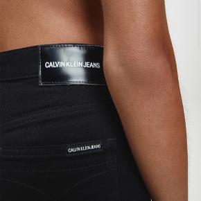 Helt nye HIGH RISE SKINNY JEANS fra Calvin Klein. Størrelse 25/30 Mistet kvittering så kunne ikke bytte dem:( BYD GERNE!!<3
