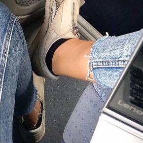 Dejlige jeans, som jeg desværre ikke kan passe i taljen længere. Det er også derfor, jeg ikke har de bedste billeder af dem. Jeg har brugt dem meget, men de er i god stand. Formen minder nok mest om mom jeans/straight. De sidder ikke for stramt bortset på numsen.  #30dayssellout