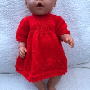 Kjole til babyborn i flot klar rød med trusser til Lukkes med søde knapper på ryggen Baby born dukker følger ikke med Sender også gerne med post nord