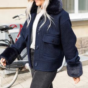 Sælger denne udsolgte og populære neo noir jakke. Har tags og det alt der følger med. Np er 1400, byd realistisk Str M men passer også S