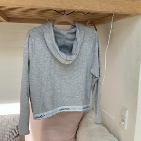 Super lækker Calvin Klein hoodie med lynlås og et elastikbånd i bunden. Krympet lidt i vask, jeg ville nok sige den svarer til en str. s