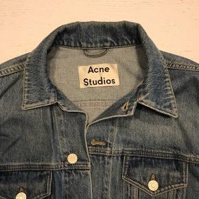 Sælger denne denim jakke fra Acne Studios.  Np: 2100kr Mp: 950kr Bin: 1200 Str: 46 (fitter mig på 178 cm) Cond: 7/10  Tager også imod trades. Kan mødes i Kbh eller sendes.