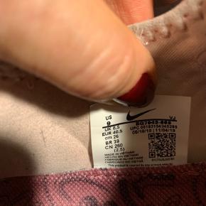 Nike superrep premium. Brugt i en kortere periode. Primært brugt indendørs. Sælges billigt da stoffet er blevet en smule nusset.