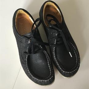 Varetype: Lækre lædersko Farve: Sort  Lækre fodformede lædersko. Meget velholdte. Indvendig sållængde 24,5 cm.  Bytter ikke