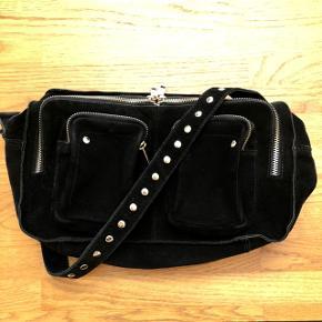 Sælger denne smukke Nunoo taske i en størrelse medium. ✨✨  Materiale: ruskind    Np: 1200  Mp: 700