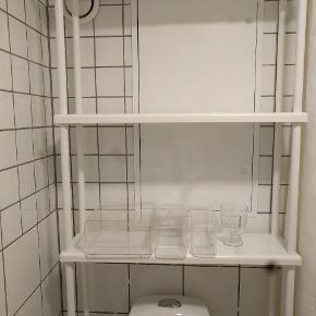 Dynan reol, passer perfekt til at stå bag toilettet. Sælges grundet flytning.
