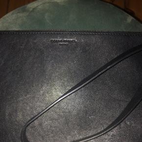 Sonia Rykiel Paris clutch, sort læder med nitter. I perfekt stand. Sælges kun til den fastsatte pris eller beholder jeg selv.