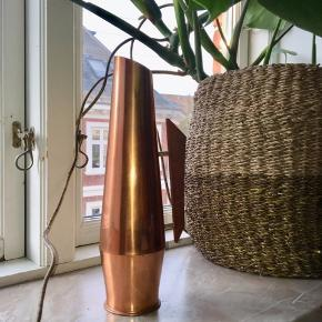Høj vase eller kande med hank i træ. Måler 30cm i højden.