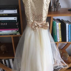 Smuk brudepigekjole købt i USA brugt en gang da min bror skulle giftes. Giv et bud.