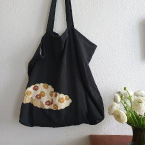 Unika taske syet af japansk kimono. Måler 50 cm x 50 VM x 15 cm. Stroppen måler 80 cm. Koster 575,- #vintage #genbrug #upcycling #taske #shopper #kimono