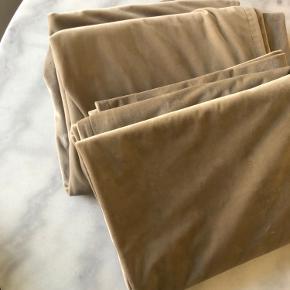 Flotte velourgardinger i beige farve, ubrugte da jeg har købt forkert længde.  Længde: 220 cm   Nypris 399 kr per stk.