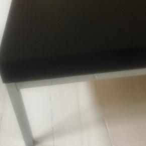 Sofabord med mørk bordplade og stål ben. God stand. Let at flytte da det ikke er så tungt. Mål: 118x59 og 27 cm højt. Har andre sofaborde og boligindretning på min side. Så kig nærmere😊