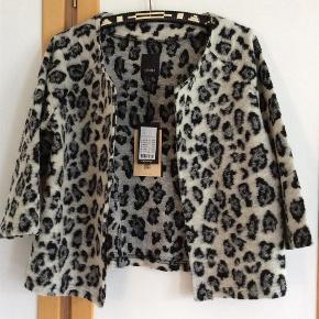 Varetype: Ny smuk jakke-cardigan Farve: Grå, sort Oprindelig købspris: 450 kr.  Måler fra ærmegab til ærmegab 53 cm. Længden 55 cm. Acryl, polyester. Lækker blød cardigan.  Bytter ikke Evt. MobilePay
