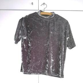 Sælger denne velour t-shirt i sølv fra Monki. God stand, næsten ikke brugt. Passer både s og xs alt efter hvilket fit man ønsker.  Np: 100 kr. Mp: 30 kr. + fragt