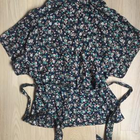 Fin bluse fra Lollys Laundry i 100% viscose. Blusen har fin bindedetalje, hvor du kan binde båndet til i taljen. Jeg har kun brugt den én gang.