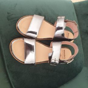 De fedeste sandaler i platin farvet skind. Brugt én gang.  Jeg bytter ikke..