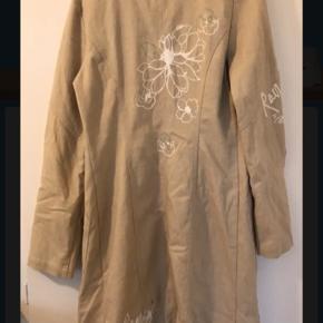 Flot sommer / overgangs frakke i beige med flot broderi, er ca 105 cm lang