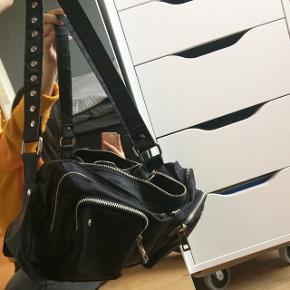 Reserveret  Sælger min nunoo alimakka. Det er sports udgaven. Sælger da den ik rigtig bliver brugt og helst gerne vil have en ny taske. Jeg mangler den ene rem.🙂husk den er også vandafskyende I må meget gerne byde, men helst over 300kr
