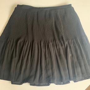 Sort fin basic nederdel fra minimum. Sælges kun fordi den er for stor til mig og derfor ikke bliver brugt. Brugt 1 gang. Kan sendes. Køber betaler porto. Byttes ikke.