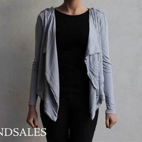 Varetype: Kort blazer cardigan jakke trøje sølvgrå sølv grå med knapper vandfald Farve: Sølv  Super fin blazer :-)  Den sælges for 75 + porto :-)