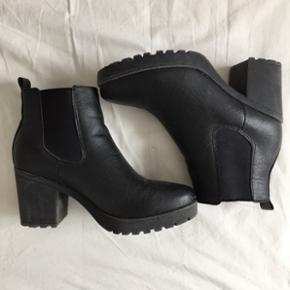 """Støvler med høj hæl fra JustFab, kaldet """"Jolienna"""". Str. 38 Hæl: 7,5 cm. Brugt få gange !! Pris: 250kr. + fragt (køberne betaler fragten)"""