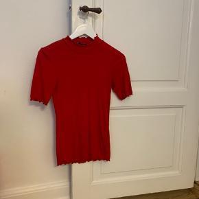 Lækker og fin bluse fra Samsøe Samsøe, i størrelse Medium. Brugt få gange, og derfor i fin stand. Der tages ikke billeder med den på.  Materiale: 65% Polyester & 35% Viskose  Prisen er fast☀️ Du køber som beset, og jeg tager ikke retur☀️ #trendsalesfund