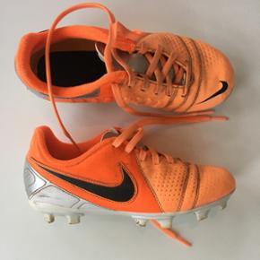 Nike fodboldstøvler til børn. Orange/hvide. Størrelse 33.5.
