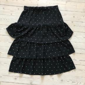 Smuk nederdel, str. 40, brugt meget få gange. Nypris var 450 kr. Jeg sender gerne :-)