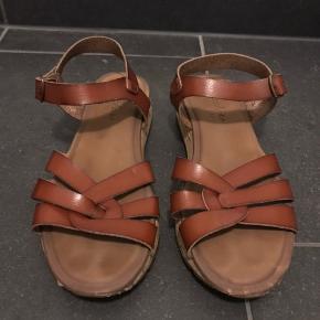 Skechers sandaler  Str. 38 Ikke brugt ret meget, er i rigtig fin stand.   Køber betaler fragt medmindre andet er aftalt.  Kig min shop har massere af lækre mærkevarer til mænd og kvinder, giver mængderabat ved køb af mere.
