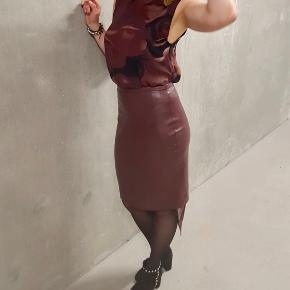 Leatherette skirt. High waist. Size 34. Length 53 cm, waist 33 cm.