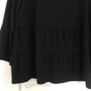 Super fin trøje - kun prøvet og renset.  Str. 40 men lidt lille i str.