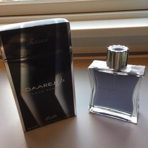 Eau de toilette - Pour Homme 100 ml. Ubrugt lækker duft i stor flaske. Leveres i æske og sendes gerne. Får 4,31 ud af 5 på Fragrantica.com.