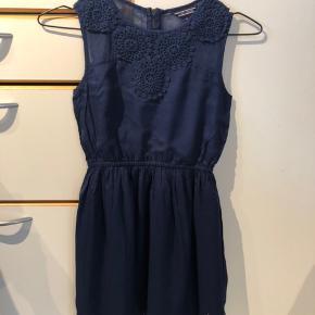 Meget fin marineblå kjole sælges. Porto betales af køber.
