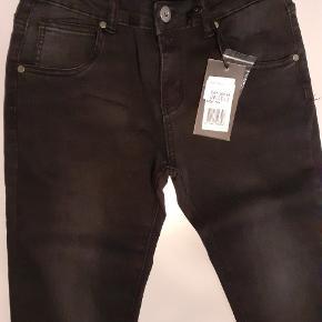 Outfitters slim jeans haves i følgende størrelser: 164, 170, 176, 182, 188 og 194