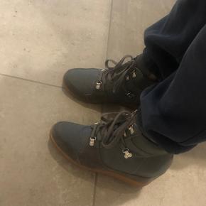 Sælger måske disse rigtige flotte shoe the bear sko hvis det rette BYD kommer De er størrelse 39 De er Army grønne  Skriv for flere billeder  BYD!!