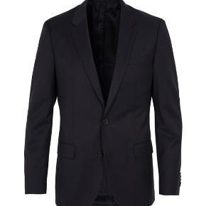 Helt ny sort klassisk blazer fra Hugo boss. Aldrig brugt heller ikke vasket. Str 50. Nypris er 3500kr. Kan hentes i Karise eller sendes med dao for 38kr