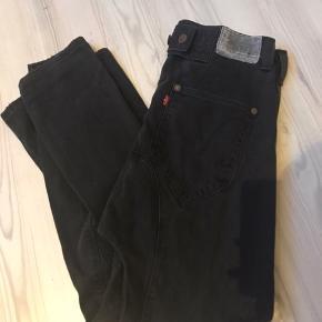 """Populære levis """"onepocket"""" baggy bukser / jeans. Str 26. (Svarer til en xs-s)  Unisex både til dame og herre.  Nypris 1199,- byd endelig gerne. Ved ikke hvad man kan forlange for dem, da det er en udgået model :-)"""